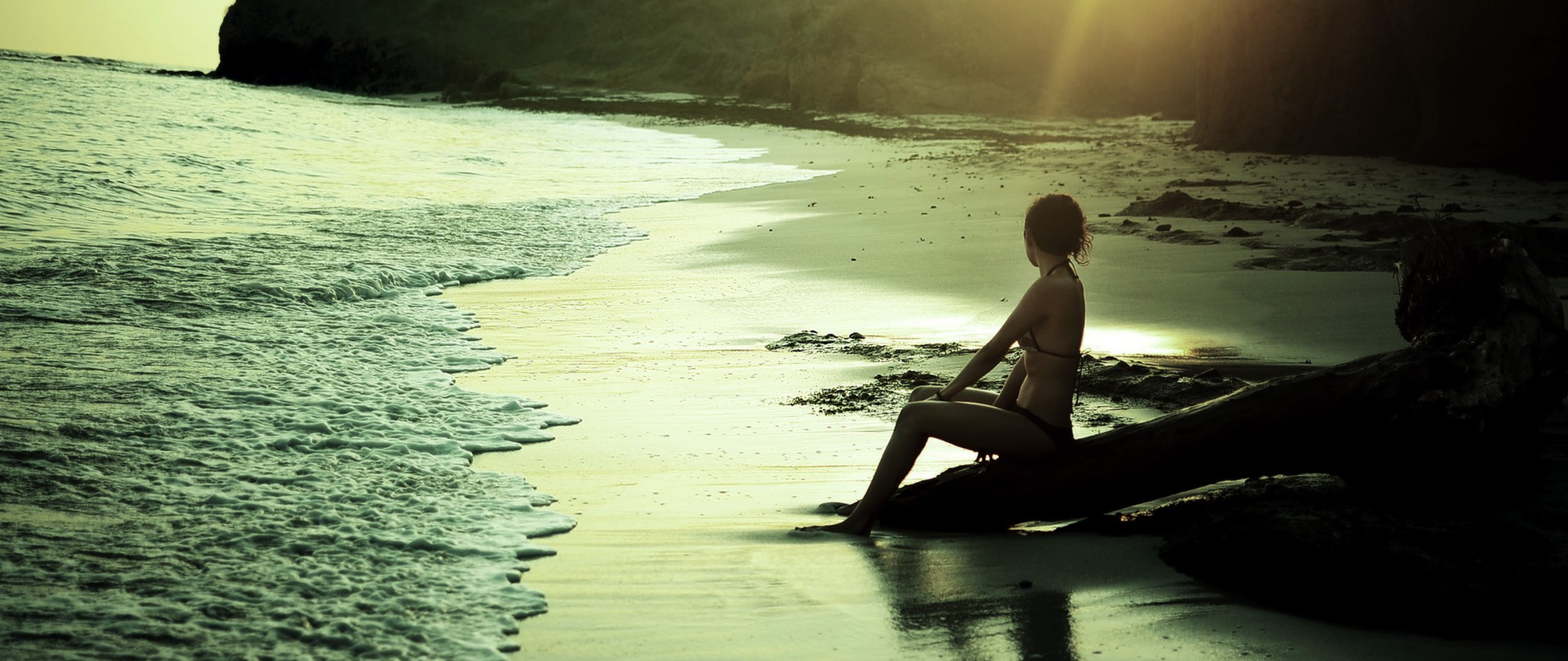 Relaxing On The Beach Free Full Hd Wallpaper For Desktop And Mobiles
