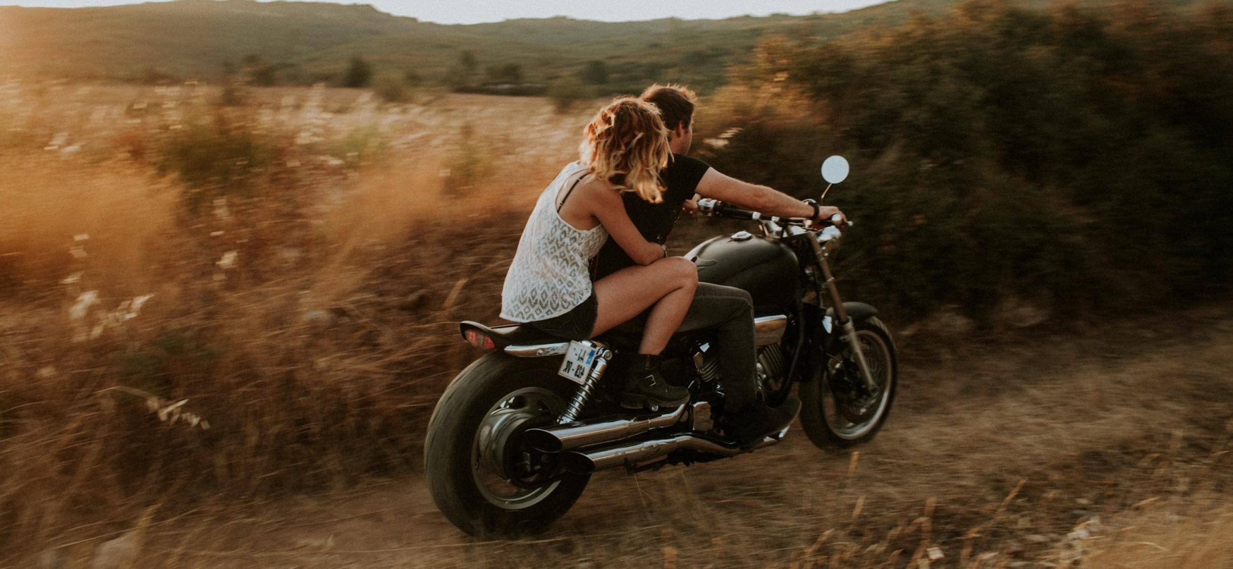 Фото парень с девушкой на мотоцикле скорость