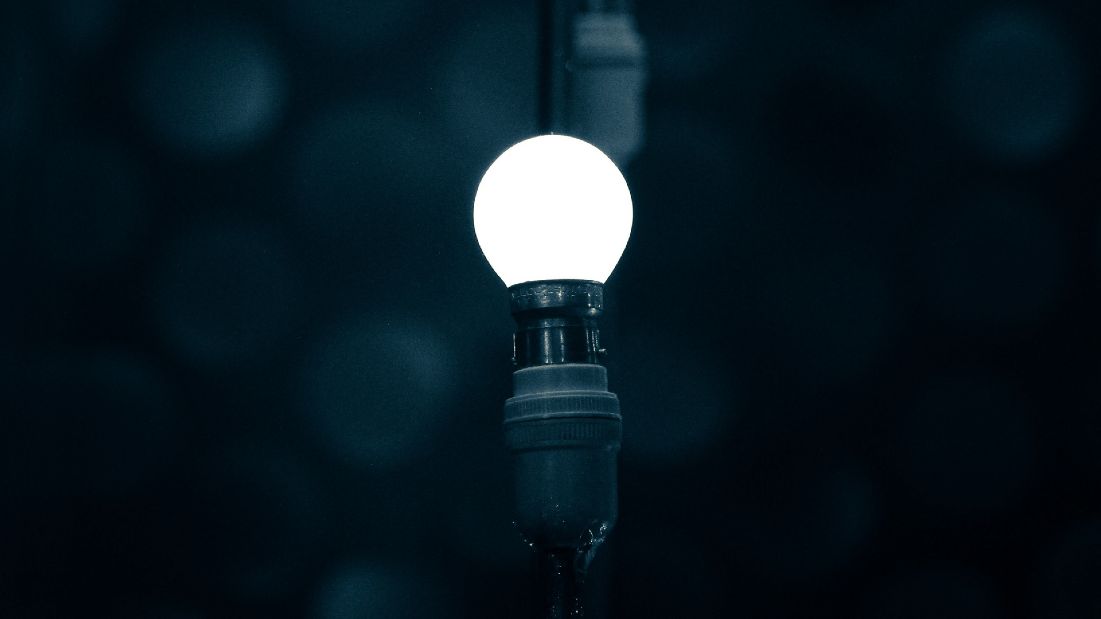 Light bulb at the dark HD Wallpaper